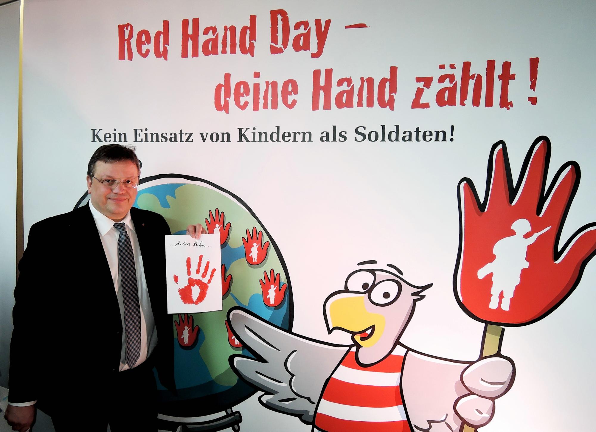 """""""Aktion rote Hand"""": Andreas Rimkus setzt ein Zeichen gegen den Einsatz von Kindersoldaten"""