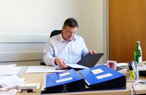 Andreas im Büro am Schreibtisch
