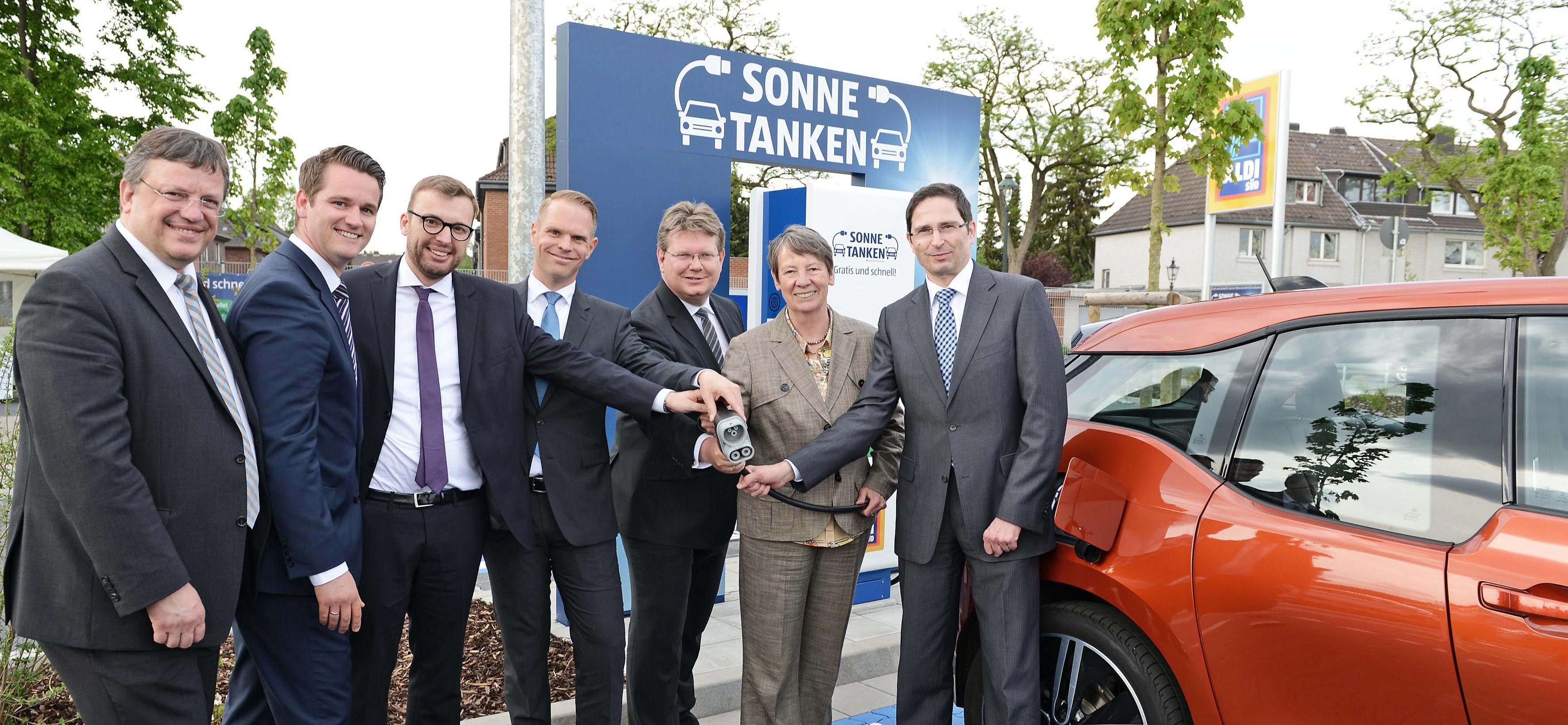Elektromobilität verbindet Klimaschutz mit einer modernen Verkehrspolitik: In Düsseldorf wurde die bundesweit erste Solartankstelle von Aldi eröffnet!