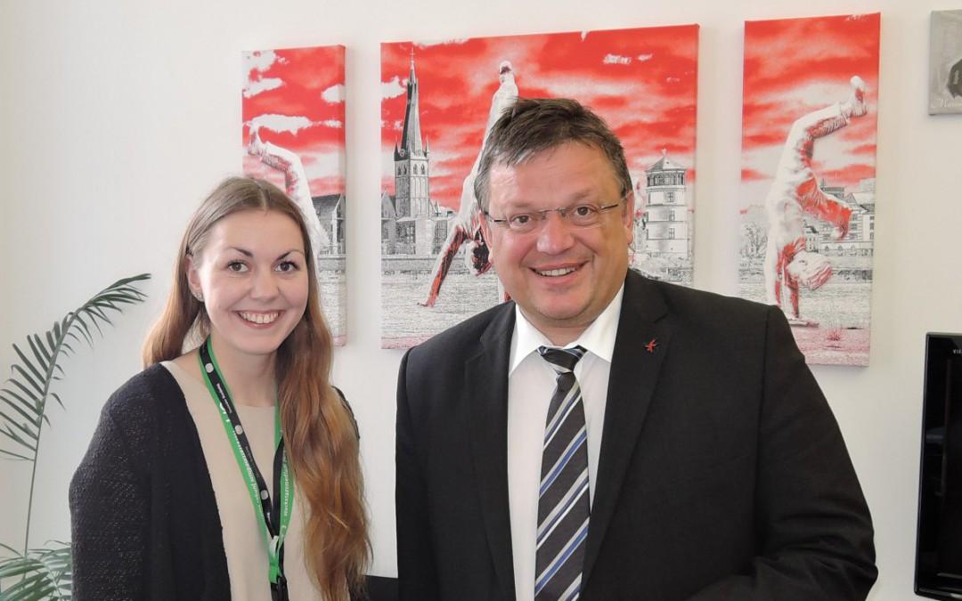 Andreas Rimkus trifft Teilnehmerin aus Düsseldorf auf dem Jugendmedienworkshop im Bundestag