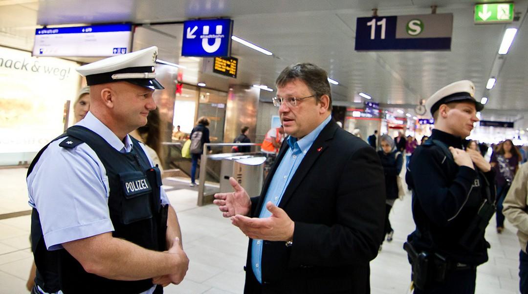 """""""Sicherheit im Luft- und Bahnverkehr muss uns etwas wert sein"""" – Besuch bei der Bundespolizei am Düsseldorfer Hauptbahnhof und Flughafen"""