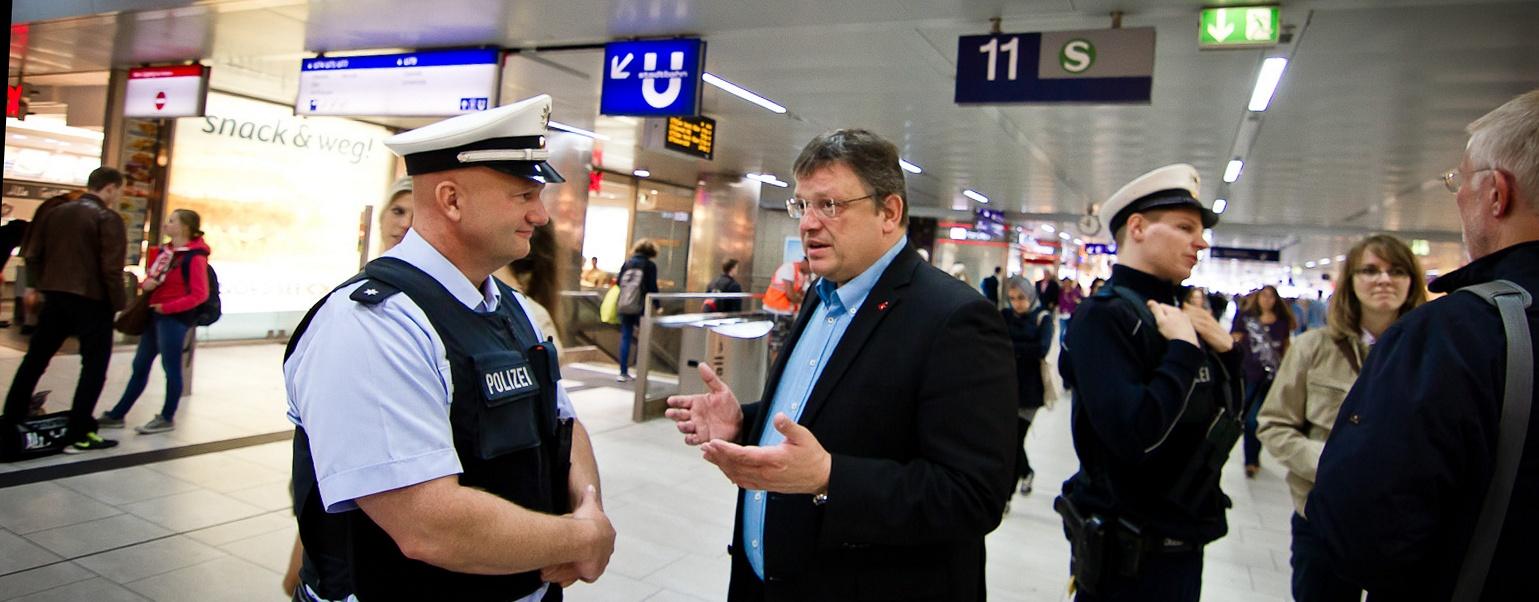 """""""Sicherheit im Luft- und Bahnverkehr muss uns etwas wert sein"""" - Besuch bei der Bundespolizei am Düsseldorfer Hauptbahnhof und Flughafen"""