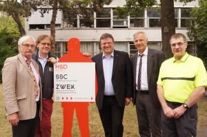 Dekan Prof. Dr. Detmar Arlt (links), Andreas Rimkus MdB, HS-Vizepräsident für Forschung und Transfer Dr. Dirk Ebling (2. von rechts) und weitere Mitglieder des Fachbereichs Elektro- und Informationstechnik