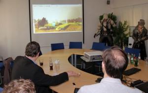 Andreas Rimkus hatte bei seinem Blue-Byte-Besuch auch die Möglichkeit, eine Spiele-Anwendung per Handsteuerung zu testen.