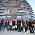 Gruppenfoto mit Schülern der Dieter Forte Gesamtschule vor der Kuppel des Deutschen Bundestages nach dem Gespräch
