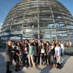"""Gruppenfoto mit den Kindern und Jugendlichen des """"Düssel Buntu e.V."""" vor der Kuppel des Deutschen Bundestages nach dem Gespräch"""