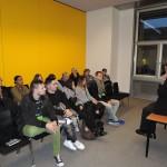 Angeregt diskutiert Andreas Rimkus mit Schülern der Privatakademie Dr. Rampitsch aus Düsseldorf