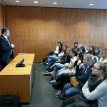Andreas Rimkus redet mit Schülern des Berufskollegs der Elly-Heuss-Knapp-Schule aus Düsseldorf über seine politische Arbeit in Berlin