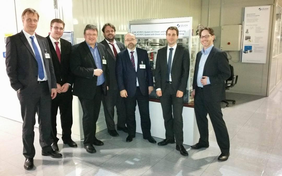 Anpacken für die Energiewende: Andreas Rimkus tauschte sich im Forschungszentrum Jülich mit Experten über die Potentiale der Wasserstoff-Mobilität und die Möglichkeiten einer CO2-armen Nutzung der Braunkohle aus