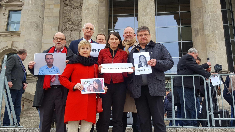 Parlamentarier schützen Parlamentarier: Bundestagsabgeordnete zeigen Ihre Solidarität mit der verfolgten HDP