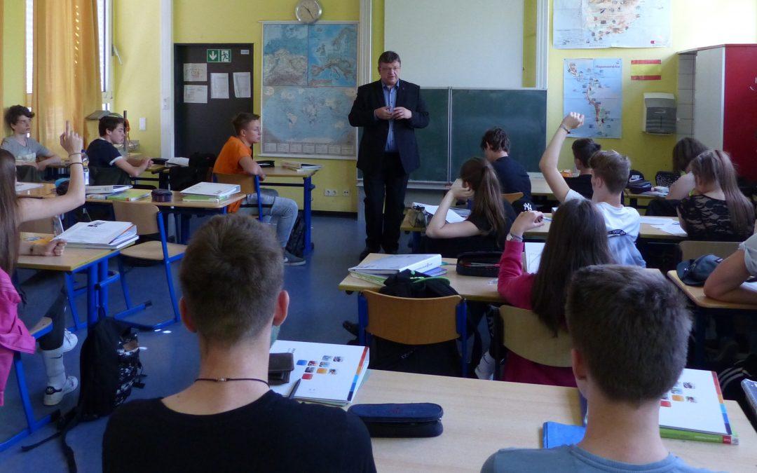 Abschlussklasse der Georg-Schulhoff-Realschule diskutiert mit Andreas Rimkus