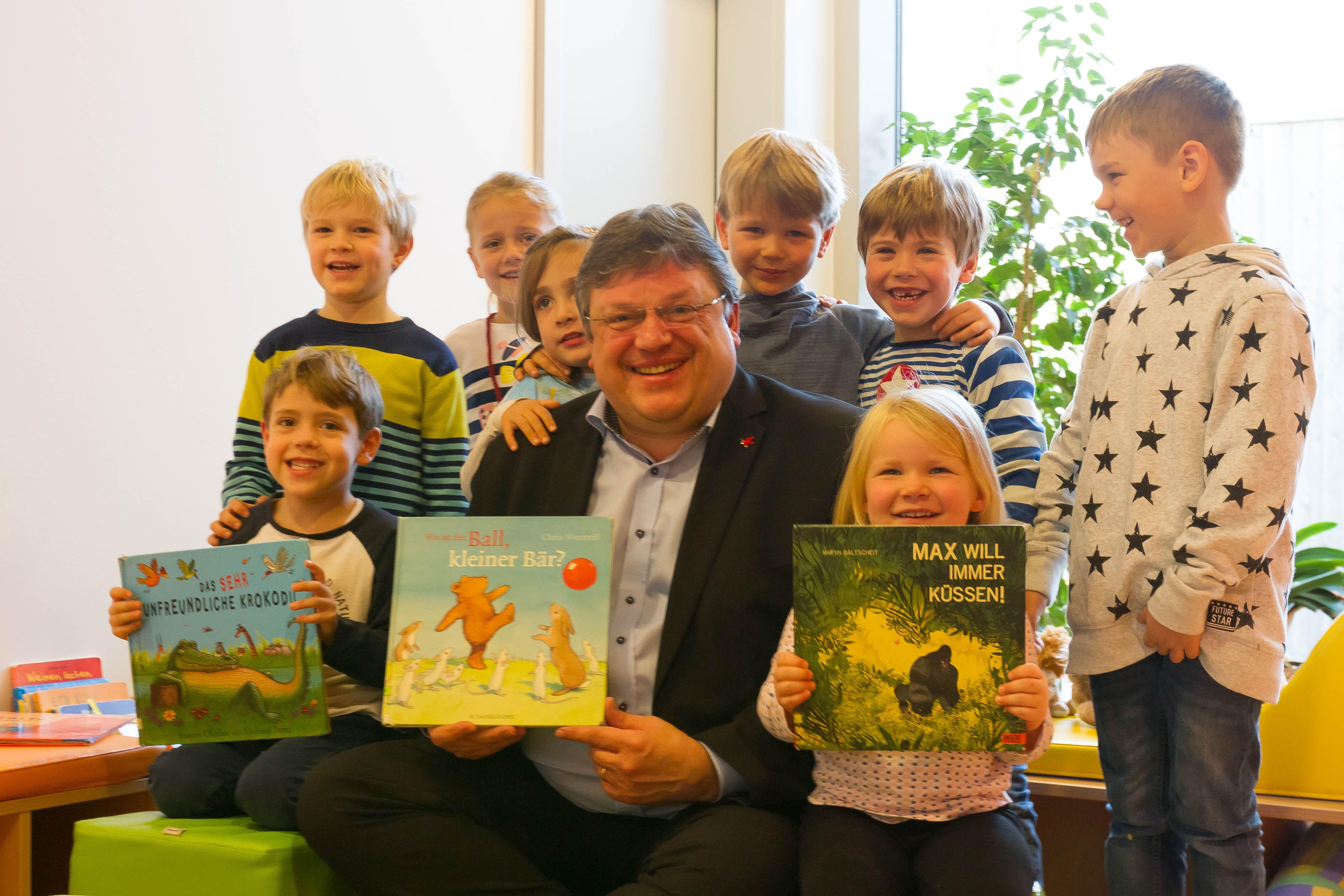 """Andreas Rimkus am bundesweiten Vorlesetag zu Besuch in der Kita """"Kleine Löwen"""" im Düsseldorfer Süden"""